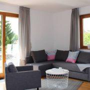 Das gemütliche Wohnzimmer lädt zum Entspannen mit der Familie, Freunden oder Kollegen ein