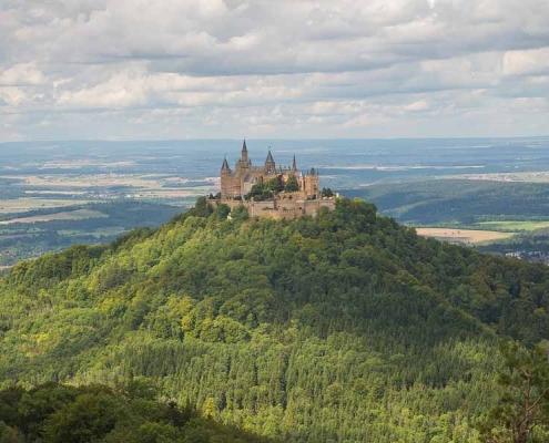 Die Burg Hohenzollern steht auf einem aktiven Vulkan auf der Schwäbischen Alb und ist in ca. 45min mit dem Auto zu erreichen